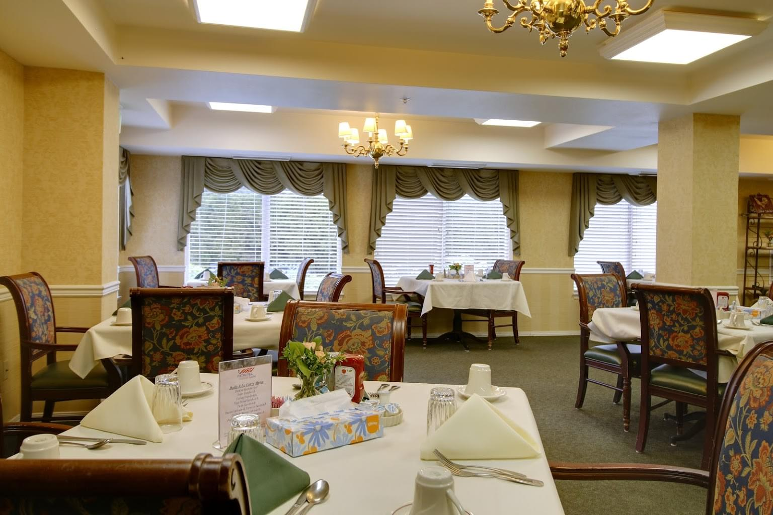 Patriots Glen Assisted living facility in Bellevue, WA dining hall