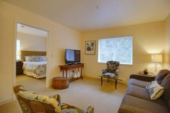 Patriots Glen Assisted living facility in Bellevue, WA private apartment living room