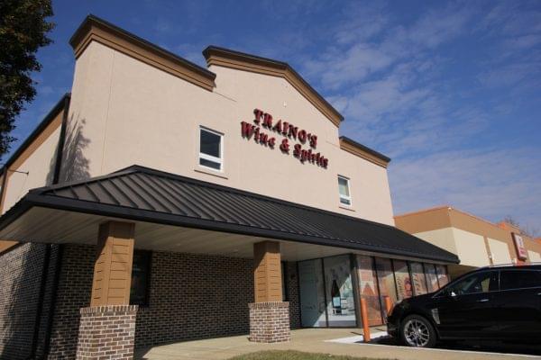 store front of Traino's Wine & Spirits Liquor Store in Evesham Township, NJ